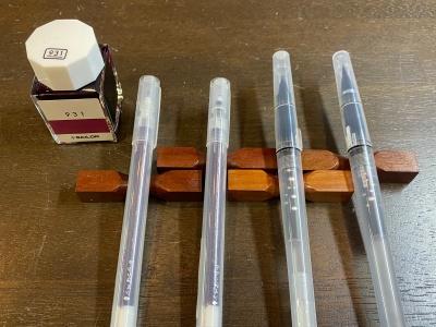 セーラー100色インク「931」と「からっぽペン シリーズ」(左から「ほそ芯」「ほそふで芯」「細筆」「毛筆」